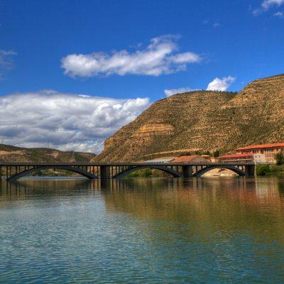 Vista de los Museos de Mequinenza desde el Río Ebro